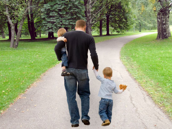 Фото родителей с детьми гуляют