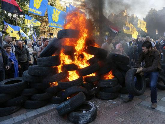 Вчера активисты требовали принятия закона о люстрации у здания Рады