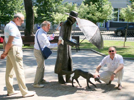 В разгар АТО в Донецке поставили памятник человеку с собакой