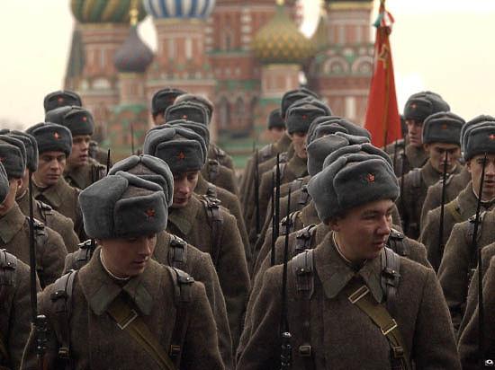Красная площадь маршировала в честь парада 1941-го года