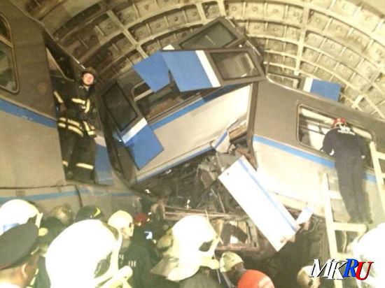 Из разрушенного вагона извлекли живого человека, подробности версии о дефекте пути