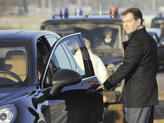 Премьер пообещал водителям номера прямо в автосалоне и борьбу с энцефалограммой