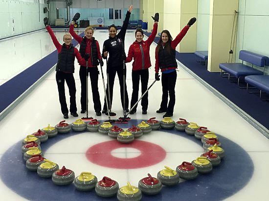 Министра спорта России Мутко поздравили при помощи камней для кёрлинга