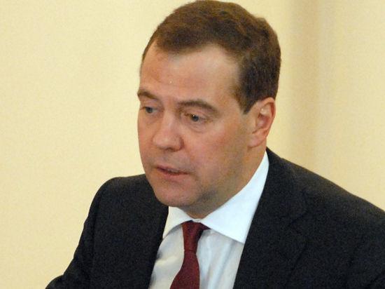 Медведев опустил шлагбаум перед иномарками