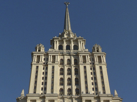 Над сталинской высоткой водружен флаг Украины