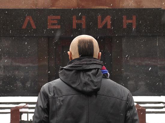 На Красной площади пытались оживить Ленина, окропив Мавзолей святой водой