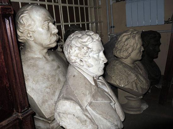Замурованных артистов нашли под лестницей
