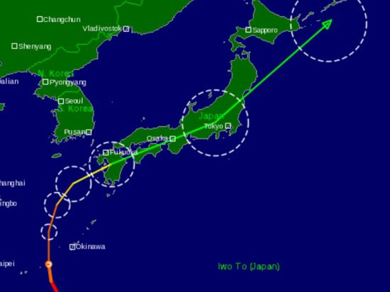 Скоро тайфун изменит направление движения и пройдет вдоль всей Японии