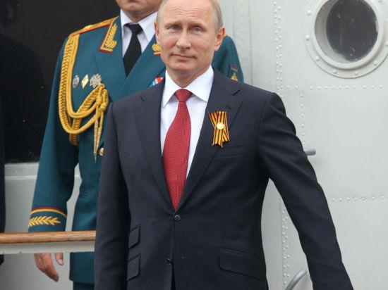 Путина в Севастополе встречали слезами и граффити