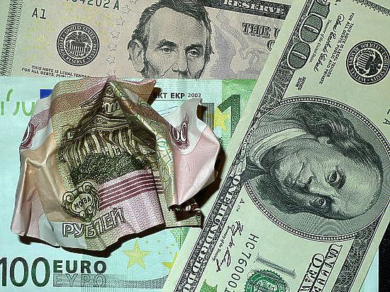 На мировых электронных торгах произошел обвал российской валюты - доллар выше 60 руб, евро - 73 руб