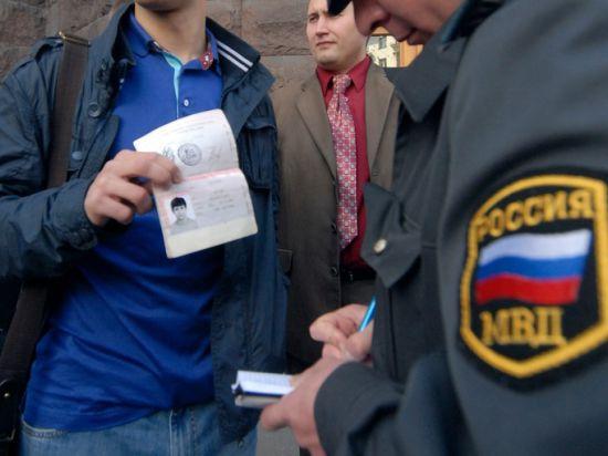 Медведев усложнил для таджиков правила въезда в Россию
