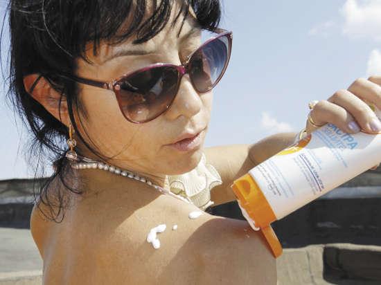 Корреспондент «МК» вместе с косметологами проверил состав солнцезащитных средств