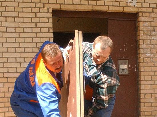 Хозяева трех квартир установили железные двери, и их соседи были вынуждены пробираться к подъемнику через пожарную лестницу
