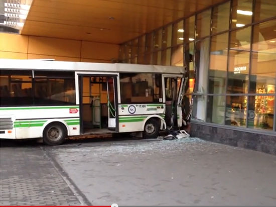 Автобус врезался в витрину магазина возле метро