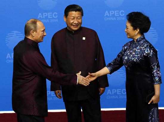 Путин поухаживал за женой президента Китая, пока тот общался с Обамой