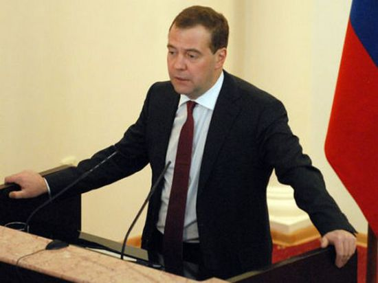 Медведев на защите Твиттера: Чиновникам надо
