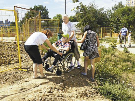Чтобы попасть в НИИ педиатрии, инвалиды-колясочники вынуждены лавировать  в потоке автомобилей
