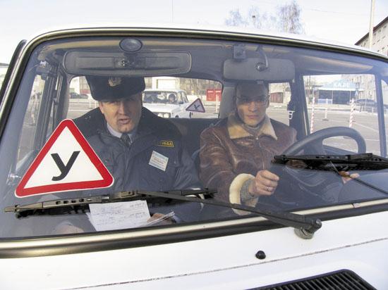 Водителям хотят разрешить сдавать на права один экзамен