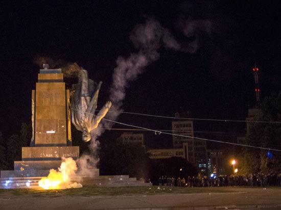 Аваков сказал — дело закрыли: снос Ленина в Харькове расследовать не станут