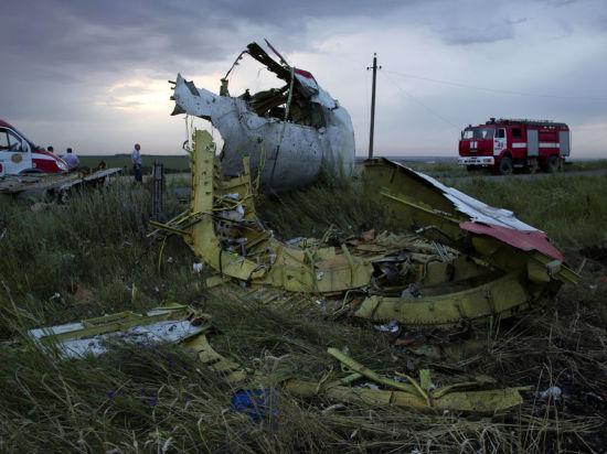 «Черные ящики» Боинга отправятся в Великобританию, в Донецке их передали экспертам под зарево пожаров