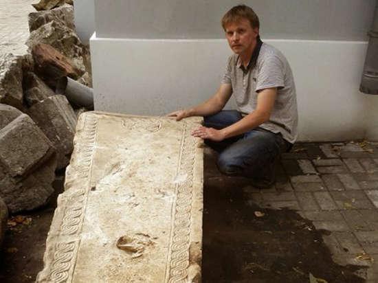 Москвич нашел в строительном мусоре уникальное надгробие XVI века