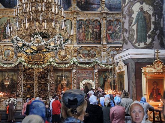 Столпотворение в Донском монастыре: прихожане поклоняются иконе Богоматери