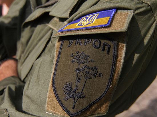 Порошенко в Мариуполе примерил шевроны с надписью