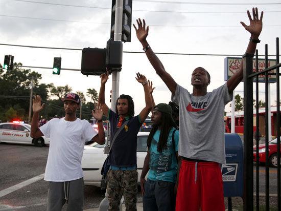 В американском Фергюсоне вновь вспыхнули беспорядки, гремит стрельба