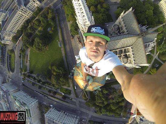 Руфер «Мустанг» признан героем во Львове за перекраску звезды на высотке Москвы в цвета украинского флага