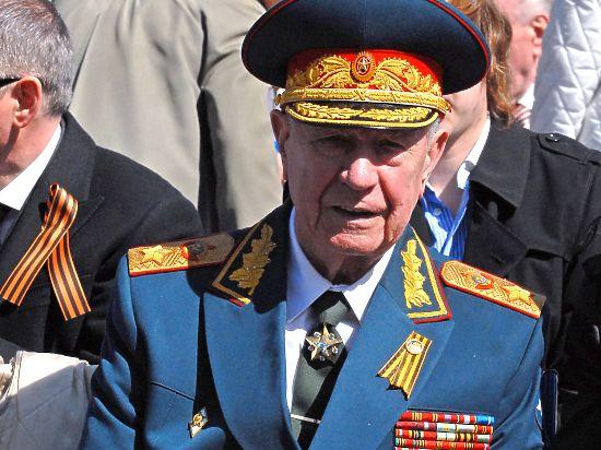 Путин подарил маршалу Язову именные часы
