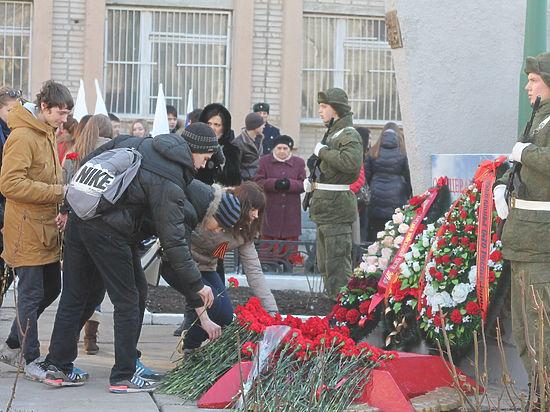 Общественники вновь возложили цветы у братской могилы вдалеке от мемориала
