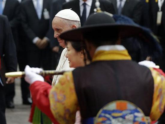 Папу Римского Франциска на Дальнем Востоке встретили северокорейскими ракетами