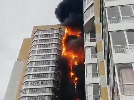 Жилой 25-этажный дом в центре Красноярска загорелся, как факел
