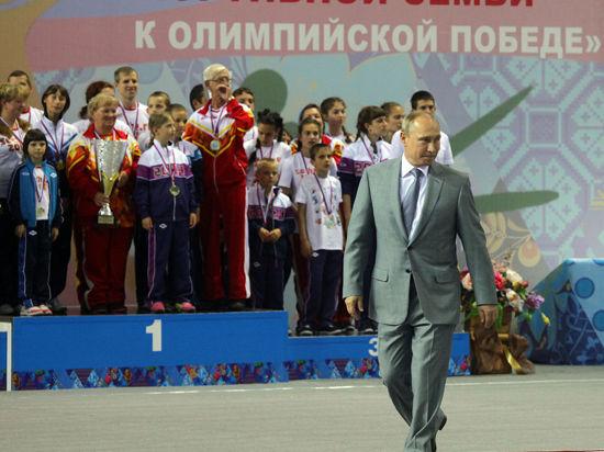 Владимир Путин получил в подарок Библию, сделав ход пешкой