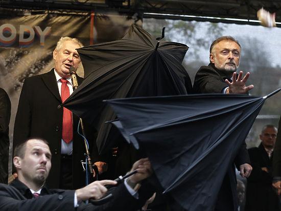 За что чехи забросали своего президента Милоша Земана яйцами и помидорами?