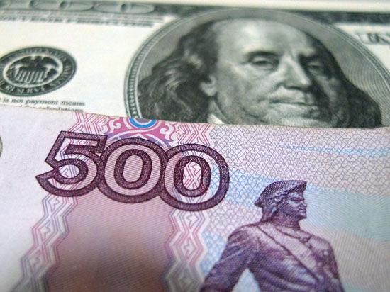"""Кризис на Украине и падение цен на нефть продолжают """"давить"""" на рубль"""
