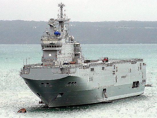 """Вертолетоносцы, построенные, чтобы плавать в водах РФ, продолжают """"зависать"""" во Франции"""
