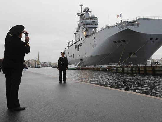 По данным Le Figaro, французы опасаются, что русские ищут сообщников, которые помогут им вывести корабль из бухты