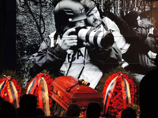 «Его детьми были фотографии». Москва простилась с Андреем Стениным