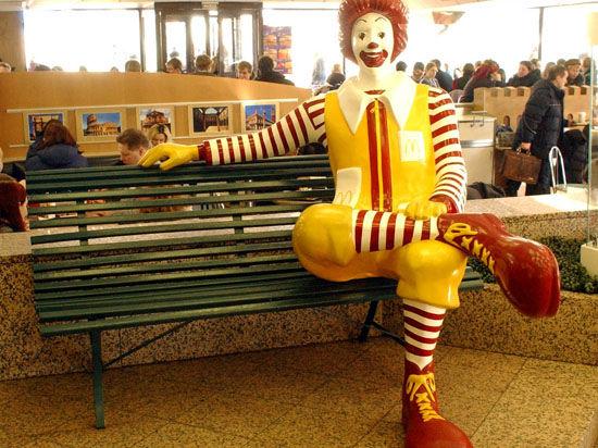 Роспотребнадзор нашел нарушения в подмосковных ресторанах сети «McDonald's»