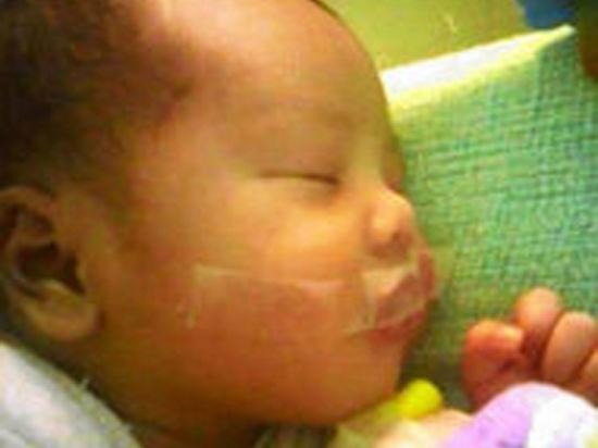 Роддом ужасов. Медсестра заклеила скотчем рот младенцу — ей мешал плач