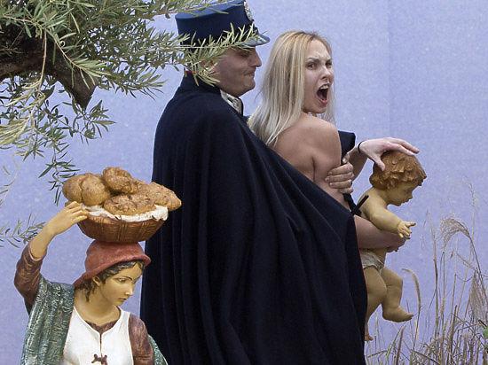 Femen снова в Ватикане: полуголая активистка схватила Иисуса с криками
