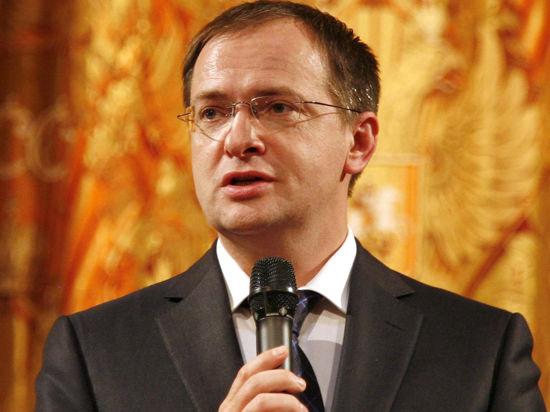 Милонов хочет запретить шлепки и мужской топлес, Мединский против йоги и фен-шуй