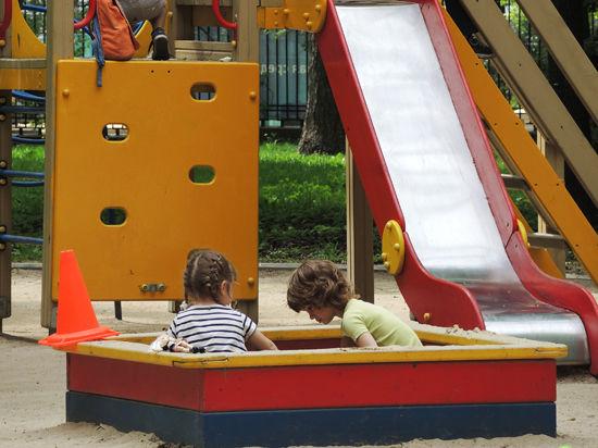 В Подмосковье хотят наказывать тех, кто паркуется на детских площадках