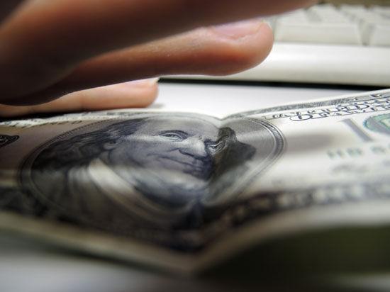 Курс доллара на Московской бирже продолжает бить рекорды на фоне санкций