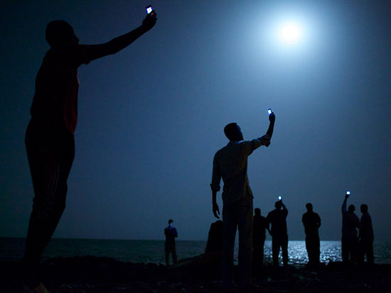 Автор снимка года сравнил человечество с сомалийцами, ловящими сигнал с родины