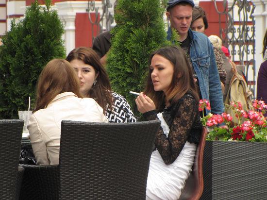 """Как в Эстонии: курильщикам могут разрешить """"дымить"""" на верандах ресторанов"""