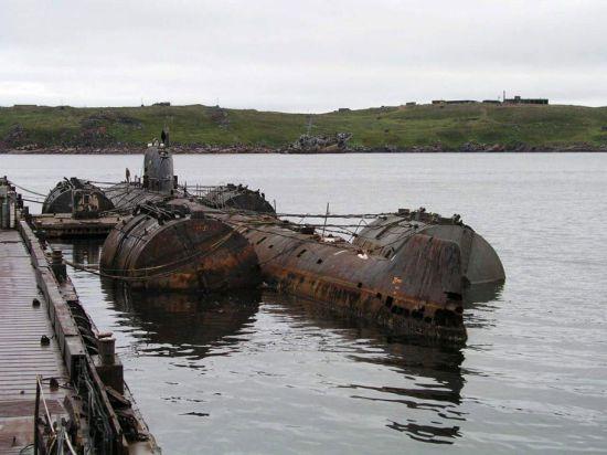 На дне Баренцевого моря лежит атомная подводная лодка c ядерным топливом на борту