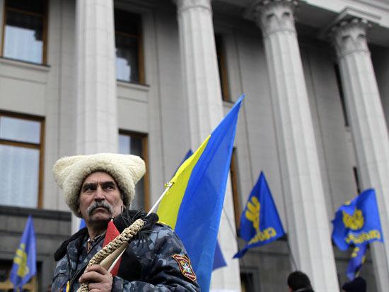 В центре Киева митинг за героизацию УПА - с дымовыми шашками, петардами и оружием