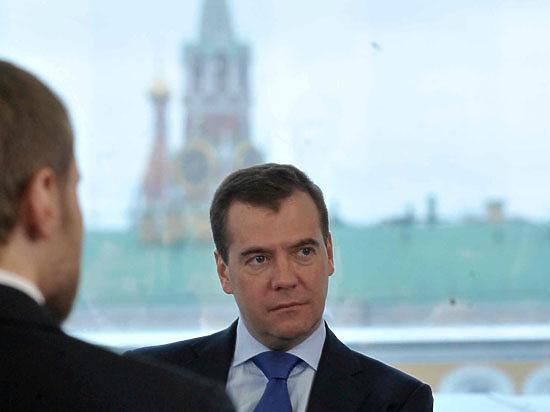 Медведев: В обвале рубля виноваты нефть и санкции